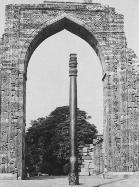 Колонна перед развалинами мечети. Снимок 1950-х годов.
