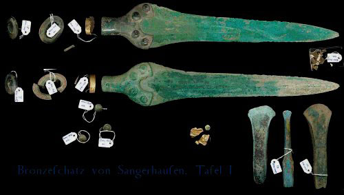 Другие предметы бронзового века, найденные рядом с диском, в экспозиции музея Галле.
