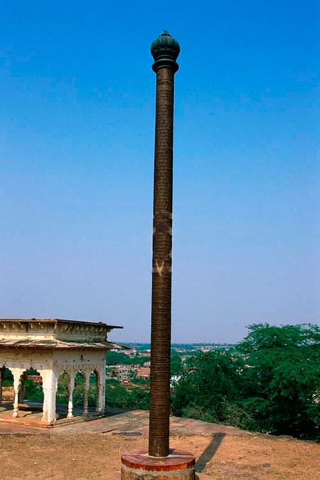 Железная колонна из Бхаратпура покрыта толстым слоем ржавчины.