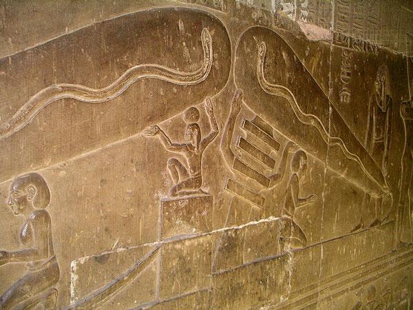 """На этом барельефе джед и бог воздуха также лишь поддерживают """"колбы""""."""