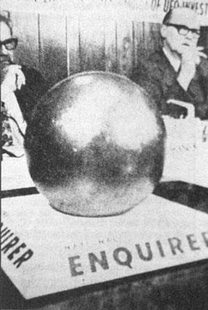 """Шар на специальной подставке (чтобы не укатился) на заседании комиссии газеты """"National Enquirer""""."""