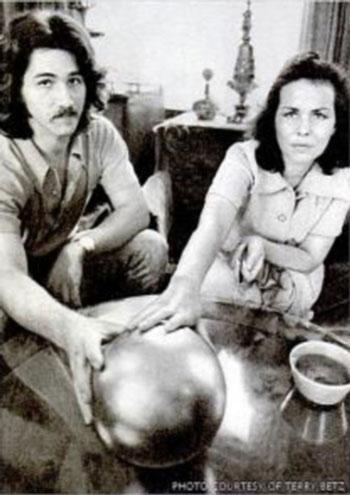 Терри Бетц и его мать позируют вместе с шаром.